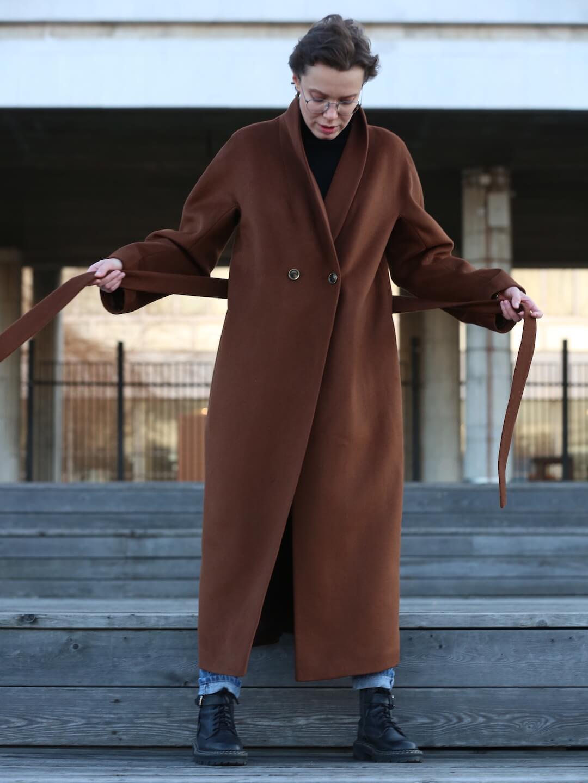 Утеплённое пальто с пуговицами и воротником-шалькой в цвете миндаля_4