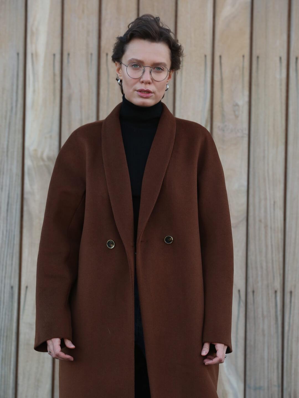 Утеплённое пальто с пуговицами и воротником-шалькой в цвете миндаля_6