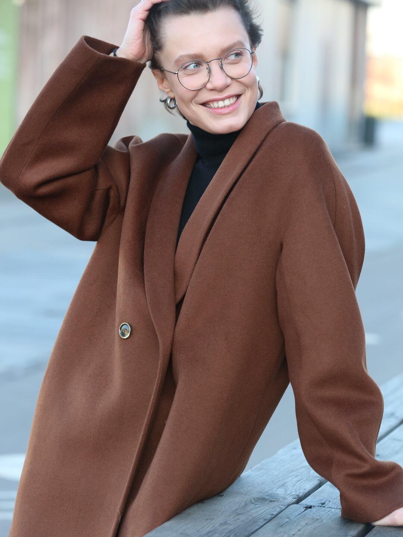 Утеплённое пальто с пуговицами и воротником-шалькой в цвете миндаля_3