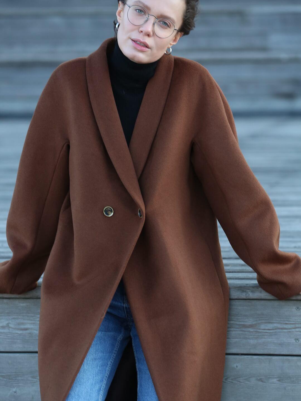 Утеплённое пальто с пуговицами и воротником-шалькой в цвете миндаля_7