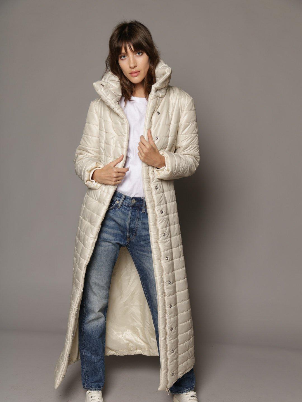 Утепленное пальто с отстегивающимся капюшоном в молочном цвете_1
