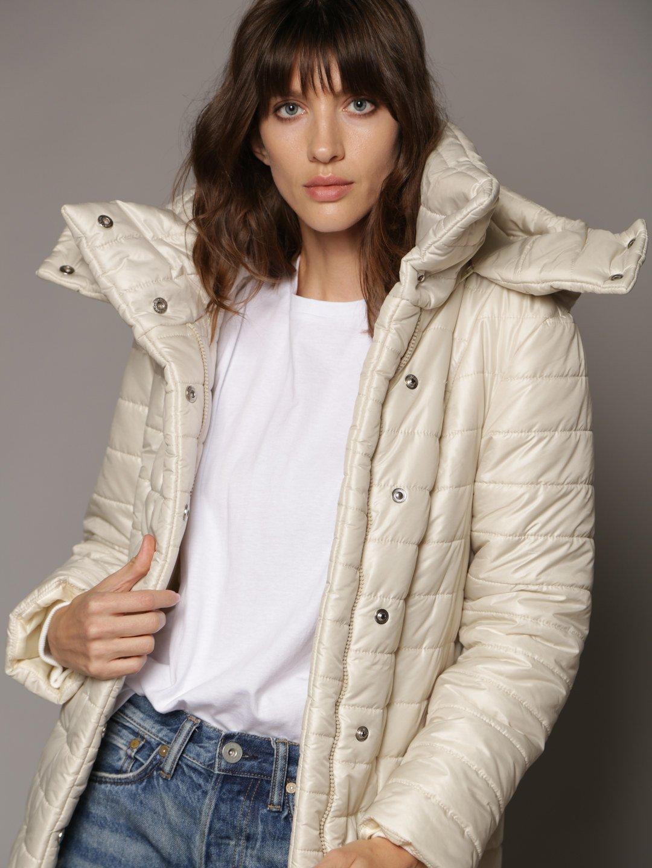 Утепленное пальто с отстегивающимся капюшоном в молочном цвете_2