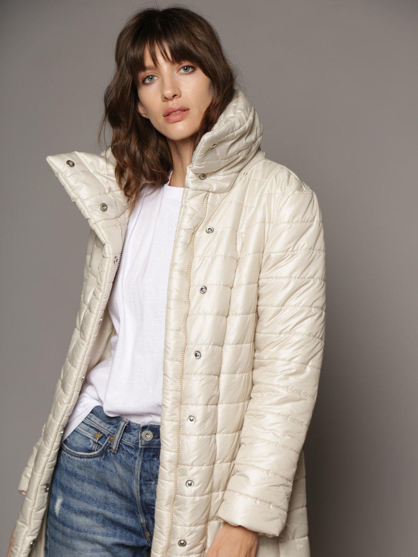 Утепленное пальто с отстегивающимся капюшоном в молочном цвете_3